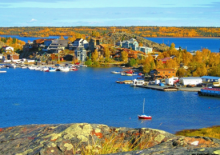 Old Town, Yellowknife NWT, in the fall. Photo credit: Allin Kayley/NWT Tourism
